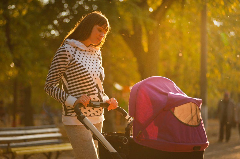 Easywalker kinderwagen met vrouw